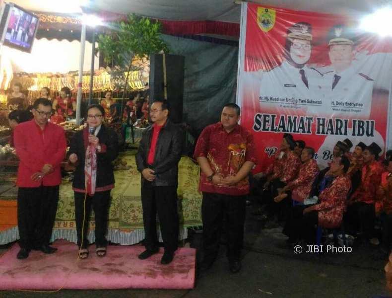 Anggota Fraksi PDIP DPR dari Dapil IV Jateng, Agustina Wilujeng (kedua dari kiri), didampingi eks Bupati Sragen, Untung Wiyono (ketiga dari kiri), dan Ketua DPC PDIP Sragen, Untung Wibowo Sukowati (keempat dari kiri), memberikan sambutan sebelum pentas wayang kulit di Padas, Tanon, Minggu (7/1) malam. (Istimewa/Agustina Wilujeng)