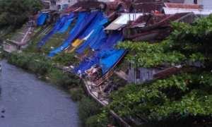 Warga terdampak bencana longsor di Kampung Juminahan, Kelurahan Tegal Panggung, Kecamatan Danurejan, membutuhkan 50 lembar terpal ukuran 4x6 meter untuk menutupi bekas longsoran. (Harian Jogja/Gigih M Hanafi)