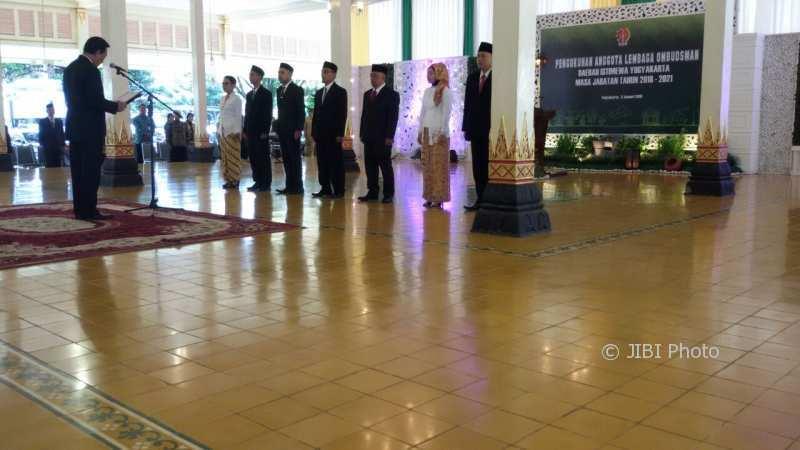 Gubernur DIY Sri Sultan HB X melantik tujuh komisioner baru Lembaga Ombudsman Daerah (LOD) DIY periode 2018-2021 di Bangsal Kepatihan, Senin (8/1/2018). (Harian Jogja/I Ketut Sawitra Mustika)