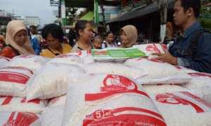 Para konsumen membeli beras murah pada bazar Toko Tani Indonesia (TTI) yang diadakan Badan Ketahanan Pangan dan Penyuluhan (BKPP) DIY di Pasar Kranggan, Jogja, Jumat (12/1/2018). (Harian Jogja/Rima Sekarani I.N.)