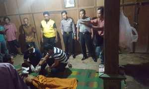 Jasad Soimundisemayamkan di pemakaman Dssa Plosojenar, Kecamatan Kauman, Ponorogo, Jumat (5/1/2018). (Istimewa/Polres Ponorogo)