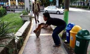 Solikhin yang sedang membersihkan trotoar di dekat Setda Pemkab Demak, Jateng, Selasa (9/1/2018). (Facebook.com-Miftakhul S. Sholeh)