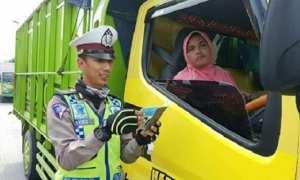Suswati, 48, warga Desa Tunggulsari, Kecamatan Gabus, Kabupaten Grobogan, Jateng diperiksa polisi kala mengemudikan truk di jalanan Grobogan, Kamis (18/1/2018). (Instagram-@satlantasgrobogan)