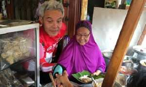 Gubernur Jateng Ganjar Pranowo (kiri) bersama Bu Yam (kanan), pemilik warung gudeg ala Jogja di Pasar Raya II, Kota Salatiga, Jateng, Minggu (14/1/2018) pagi. (Instagram-@ganjar_pranowo)