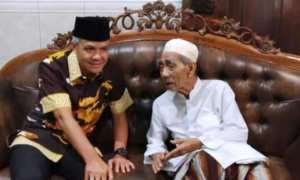 Ganjar Pranowo berbincang-bincang dengan K.H. Maimoen Zubaer alias Mbah Moen. (JIBI/Solopos/Antara/Wisnu Adhi N.)