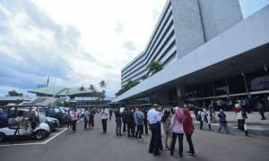 Pekerja berhamburan keluar Gedung Nusantara III saat merasakan gempa di Kompleks Parlemen, Senayan, Jakarta, Selasa (23/1/2018). (JIBI/Solopos/Antara/Hafidz Mubarak A.)