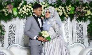 Kapten PSIS Semarang Haudi Abdillah bersama Nur Roffi Istiqomah berfoto di pelaminan. (Instagram-@haudiabdillah35)