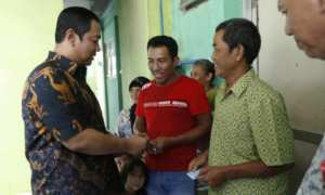 Wali Kota Semarang Hendrar Prihadi menyerahkan e-KTP kepada warga Rusunawa Kaligawe, Kota Semarang, Kamis (18/1/2018). (JIBI/Solopos/Antara/Istimewa-Humas Pemkot Kota Semarang)