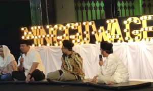 Wali Kota Semarang Hendrar Prihadi (kedua dari kiri) bersama Krisseptiana (kiri) di pengajian Minggu Wagen di Masjid Baiturrahman, Simpang Lima, Kota Semarang, Jateng, Minggu (14/1/2018). (Instagram-@tia_hendi)