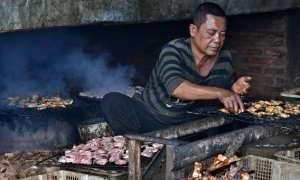 Warga mengasapi daging ikan manyung di sentra industri ikan asap Bandarharjo, Kota Semarang, Jateng, Kamis (18/1/2018). (JIBI/Solopos/Antara/Aditya Pradana Putra)