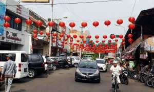 Lampion-lampion menyambut Hari Raya Imlek 2018 mulai terpasang di Jalan RE Martadinata, Pasar Gede Solo, Rabu (17/1/2018). (Nicolous Irawan/JIBI/SOLOPOS)