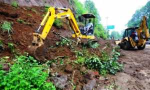 Pekerja menggunakan alat berat menyingkirkan material tanah longsor di Jalan Lingkar Selatan (JLS) Kota Salatiga, Jateng, Jumat (12/1/2018). (JIBI/Solopos/Antara/Aloysius Jarot Nugroho)