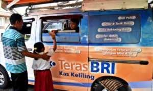 Warga bersama anak yang memiliki Kartu Indonesia Pintar menerima dana Program Indonesia Pintar (PIP) dari petugas layanan keliling Bank Rakyat Indonesia (BRI) di Bawen, Kabupaten Semarang, Jateng, Selasa (9/1/2018). (JIBI/Solopos/Antara/Aditya Pradana Putra)