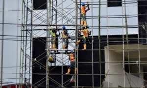 Sejumlah pekerja dengan menggunakan peralatan keselamatan dan kesehatan kerja (K3) mengerjakan pembangunan gedung bertingkat di Kota Semarang, Jateng, Rabu (3/1/2018). (JIBI/Solopos/Antara/Aditya Pradana Putra)