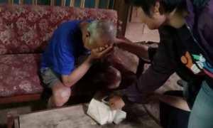 Pria renta di Kecamatan Pamotan, Kabupaten Semarang, Jateng menangis menerima tamu yang memberikan bantuan berupa nasi bungkus ke rumahnya. (Facebook.com-Bambang Setyawan)