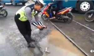 Polisi yang menaruh lele di perlintasan kereta api di dekat Pasar Ganefo, Kecamatan Mranggen, Kabupaten Demak, Jateng. (Facebook.com-Suryo Adhi)