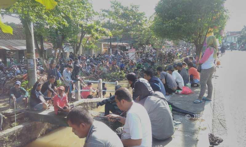 Ribuan pemancing tekun menanti ikan di sisi Selokan Mataram, Condongcatur, Depok dalam lomba Mancing Mania HUT ke-71 Desa Condongcatur, Minggu (31/12/2017). (Harian Jogja/Sekar Langit Nariswari)