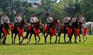 Polisi anggota unit satwa menunggang kuda mengikuti gelar pasukan Operasi Mantap Praja Candi 2018 dalam rangka pengamanan Pilkada Jateng, di Kota Semarang, Jateng, Jumat (5/1/2018). (JIBI/Solopos/Antara/R. Rekotomo)