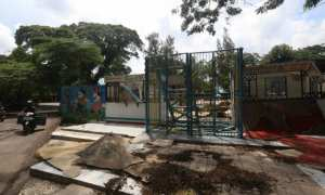 Pengendara sepeda motor melintas di dekat lahan bekas THR Sriwedari, Solo, Selasa (9/1/2018). Pemkot Solo akanmembangun Masjid Taman Sriwedari di lahan tersebut. (Nicolous Irawan/JIBI/Solopos)