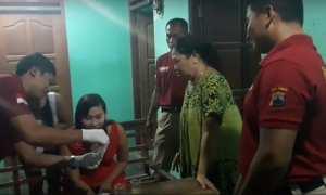Aparat Satres Narkoba melakukan razia di salah satu rumah hiburan karaoke di Kabupaten Grobogan, Jateng, Jumat (29/12/2017) malam. (Tribratanews.jateng.polri.go.id)