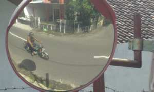 Refleksi dari cermin cembung, sejumlah anak-anak bersepeda melewati pertigaan jalan Dusun Kentingan, Desa Tridadi, Kecamatan Mlati, Minggu (28/1/2018). (JIBI/Irwan A. Syambudi)