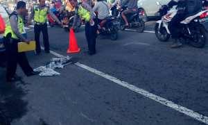 Sejumlah polisi melakukan olah tempat kejadian perkara kecelakaan di Jalan Solo Kilometer 13,5 atau tepatnya di timur Simpang Tiga Raden Ronggo, Kalibening, Tirtomartani, Kalasan, Selasa (23/1/2018). (Foto Istimewa)