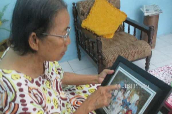 Sutiyati memperlihatkan foto anak bungsunya almarhum Taufik Nurhidayat dari sebuah bingkai foto keluarga di Rumahnya Sidoarum, Godean, Selasa (23/1/2018). (Irwan A. Syambudi/JIBI/Harian Jogja)