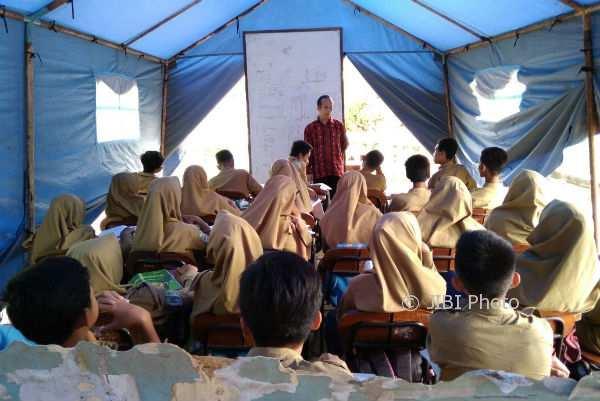 Siswa siswi SD Seropan dan SMP Muhammadiyah 2 Dlingo terpaksa belajar di tenda darurat karena sekolah mereka masuk dalam zona merah rawan longsor, Jumat (5/1/2018). (Rheisnayu Cyntara/JIBI/Harian Jogja)