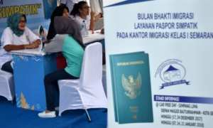 Petugas Imigrasi memberikan penjelasan kepada warga dalam Layanan Paspor Simpatik di area Car Free Day (CFD) Simpang Lima, Kota Semarang, Jateng, Minggu (7/1/2018). (JIBI/Solopos/Antara/Aditya Pradana Putra)