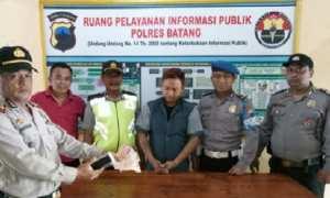 Eri Haryanto (ketiga dari kri), warga Banyuputih, Batang, Jateng yang dituduh polisi dan Antara sebagai pembobol ATM. (JIBI/Antara/Solopos/Kutnadi)