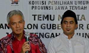 Cagub-cawagub Ganjar Pranowo (kiri) dan Taj Yasin (kanan) menjawab pertanyaan wartawan saat konferensi pers di Kantor KPU Jateng, Kota Semarang, Selasa (9/1/2018). (JIBI/Solopos/Antara/R. Rekotomo)