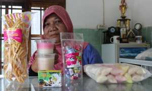 Ketua Kelompok Wanita Tani Ternah (KWTT) Sri Handiri, Desa Glagah, Kecamatan Jatinom, Klaten, menunjukkan produk hasil olahan susu sapi, Rabu (17/1/2018). (Taufiq Sidik Prakoso/JIBI/Solopos)