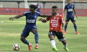 Pesepak bola Bali United, Yabes Roni (kanan) berebut bola dengan pesepak bola PSIS Semarang, Ibrahim Conteh (kiri) saat pertandingan uji coba di Stadion Kapten Dipta, Gianyar, Bali, Rabu (9/1/2018). (JIBI/Solopos/Antara/Fikri Yusuf)