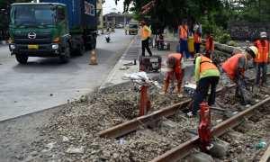 Sejumlah pekerja mengerjakan proyek revitalisasi rel kereta api (KA) di Pelabuhan Tanjung Emas, Kota Semarang, Jateng, Rabu (17/1/2018). (JIBI/Solopos/Antara/Aditya Pradana Putra)