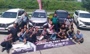 Para wartawan media cetak maupun media dalam jaringan (daring) berfoto bersama di depan All New Rush di Kampung Rawa Ambawara, Kabupaten Semarang, Jateng, Rabu (10/1/2018). (JIBI/Semarangpos.com/Istimewa-Nasmoco Group)
