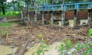 Sampah memenuhi pintu air Sungai Siluwur di Desa Tegalsari, Kecamatan Weru, Sukoharjo, Minggu (7/1/2018). (Bony Eko Wicaksono/JIBI/Solopos)