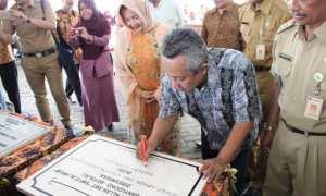 Bupati Seno Samodro menandatangani prasasti saat acara Tasyakuran dan Launching SMP Islam Terpadu (IT) milik Yayasan Pondok Pesantren Terpadu Al Hikam kompleks sekolah terpadu Al Hikam di Dukuh Sorowaden, Desa/Kecamatan Banyudono, Boyolali, Senin (15/1/2018). (Akhmad Ludiyanto/JIBI/Solopos)