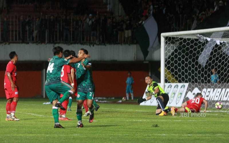 Pesepak bola PSS Sleman Topan Hidayat (hijau/7) melakukan selebrasi usai mencetak gol ke gawang PDRM Malaysia pada pertandingan Coppa Sleman di Stadion Maguwoharjo, Sleman, Selasa (16/1/2018) malam. (Harian Jogja/Jumali)