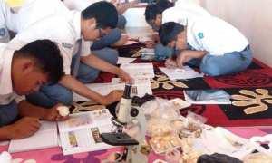 Siswa kelas X SMA Muhammadiyah Program Khusus (PK) Kota Barat Solo sedang melakukan riset jamur di sekolah, Selasa (16/1/2018). (Istimewa/SMA Muhammadiyah PK Kota Barat Solo)