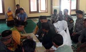 Prosesi akad nikah tahanan narkoba bersama pasangannya yang disaksikan sanak keluarga dan personel Polres Sragen di Masjid Syuhada' Mapolres Sragen, Jumat (26/1/2018). (Tri Rahayu/JIBI/Solopos)