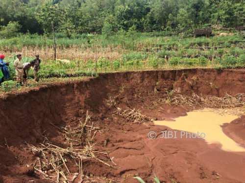 Kepala Desa Krambilsawit Wagiya saat memperlihatkan tanah ambles di Dusun Ngondel Kulon, Krambilsawit, Saptosari, Senin (29/1/2018). (David Kurniawan/JIBI/Harian Jogja)