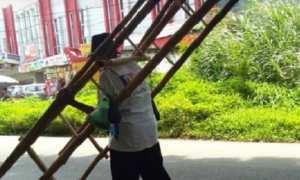 Pria pedagang tangga bambu asal Gunungpati, Kota Semarang, Jateng. (Facebook.com-Ridho Muhammad Ari)