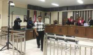 Wakil Direktur RSUD Kardinah, Kota Tegal, Cahyo Supardi usai menjalani sidang di Pengadilan Tipikor Semarang, Rabu (JIBI/Solopos/Antara/I.C.Senjaya)