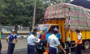 Unit Pelaksana Penimbangan Kendaraan Subah Kabupaten Batang melakukan eazia terhadap truk-truk pengangkut barang di jalur jalan pantai utara setempat, Rabu. (JIBI/Solopos/Antara/Kutnadi)