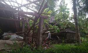 Warga membersihkan puing rumah yang rusak akibat diterjang angin puting beliung di Boto, Baturetno, Wonogiri, Kamis (1/2/2018). (Istimewa BPBD Wonogiri)