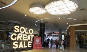 Pengunjung melewati display Solo Great Sale yang terpasang di gerbang masuk Solo Paragon Lifestyle Mall, Kamis (1/2/2018). (Sunaryo Haryo Bayu/JIBI/SOLOPOS)