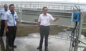 Kepala DLH Sukoharjo, Djoko Sutarto (kanan), bersama dosen pascasarjana UNS Solo, Prabang Setyono, menunjukkan proses penanganan limbah di Pabrik PT RUM Sukoharjo, Senin (5/2/2018). (Trianto Hery Suryono/JIBI/Solopos)
