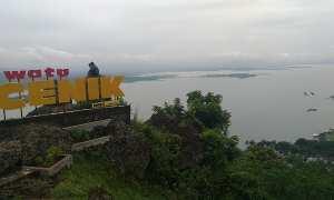 Pengunjung menikmati pemandangan dari puncak Watu Cenik, Sendang, Wonogiri, Senin (5/2/2018). (Rudi Hartono/JIBI/Solopos)