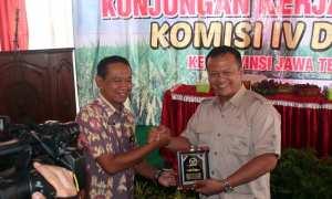 Ketua Komisi IV DPR Edhy Prabowo menyerahkan kenang-kenangan kepada Wabup Sragen Dedy Endriyatno di Sragen, Selasa (6/2/2018). (Tri Rahayu/JIBI/Solopos)
