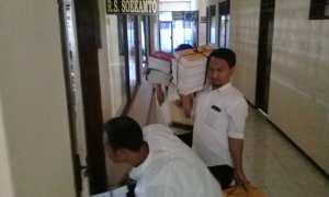 Pegawai Disdik membawa tumpukan berkas ke ruang rapat Mapolres Klaten yang dimanfaatkan untuk pemeriksaan saksi oleh penyidik KPK, Rabu (7/2/2018). (Taufiq Sidik Prakoso/JIBI/Solopos)